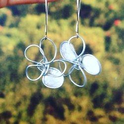 Boucles d'oreille fleur en fil d'acier et papier vernis blanche petit modèle