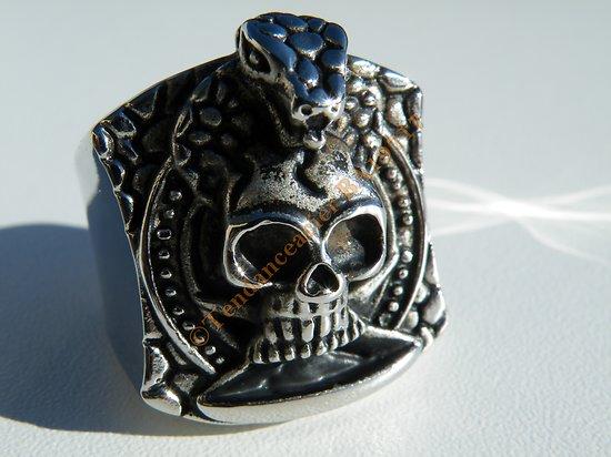 Bague Chevaliere Tete de Mort Coiffé Serpent Skull Gothique 31 mm Acier Inoxydable Argenté