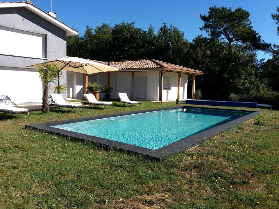 piscine-coque-avec-margelles-en-pierre-de-lave-monclar-de-quercy-82230.jpg