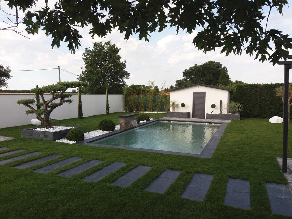 piscine-coque-polyester-avec-jardin.jpg