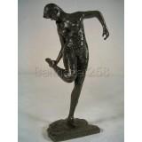Danseuse regardant la plante de son pied/Degas