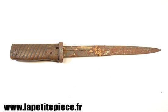 Couteau de fortune réalisé avec une baionnette allemande.