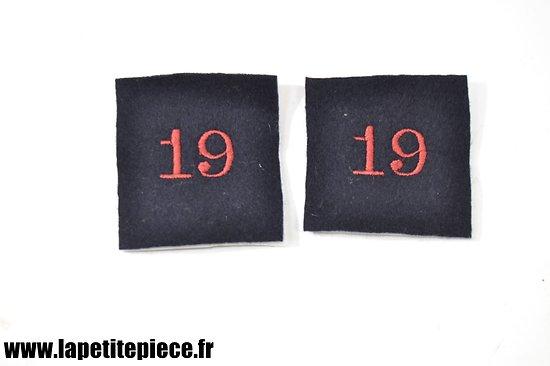Repro chiffre 19 brodé sur drap bleu-noir. Pattes de col SSA