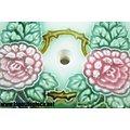 Carreau en faïence pour poele, décor floral vert et rose, signé P.  8,5cm x 8,5cm