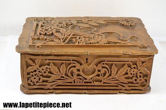 Coffret en bois ouvragé 19e Siècle, décor floral