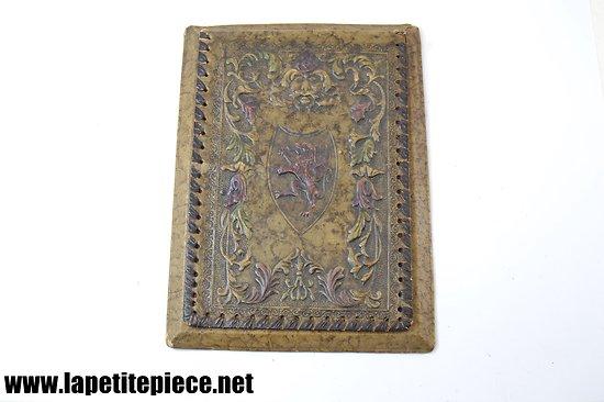 Bloc d'écriture en cuir repoussé, décor médiéval, blason griffon