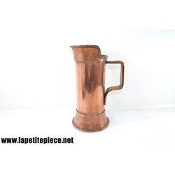 Broc / pichet en cuivre rouge martelé