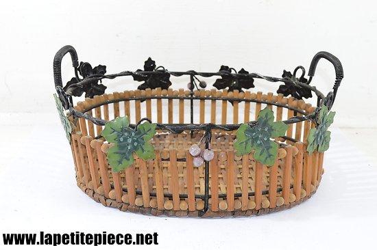 Panier / corbeille en métal, bois et rotin. Décor fleurs de vigne