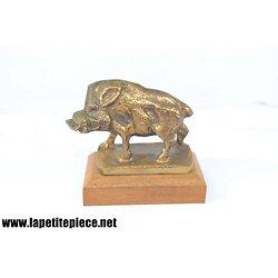Petit sanglier en bronze sur socle de bois