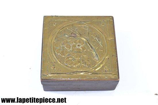 Petite boite / coffret avec décoration laiton repoussé, dinanderie