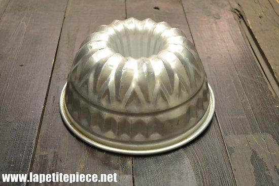 Moule de pâtisserie en aluminium. Gâteau mollet