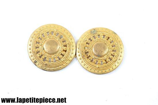 Boucle dorée pour pèlerine, ceinture ou cape. Années 1930