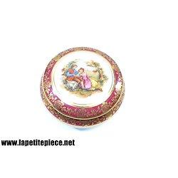 Bonbonnière en porcelaine de Limoges, décor couple