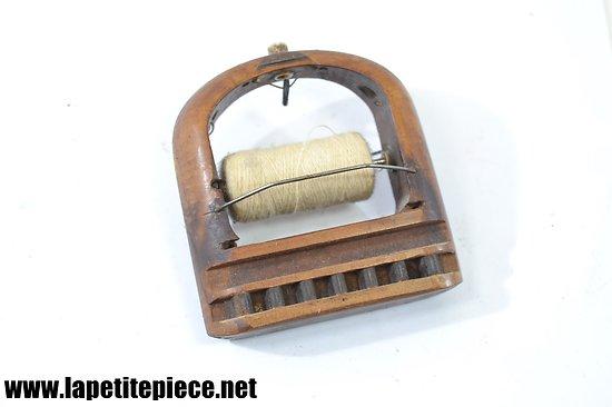 Dévidoir en bois pour fil de couture, machine ou métier.