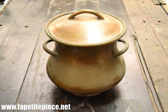 Pot en cuivre rouge, soupière ou poubelle de table