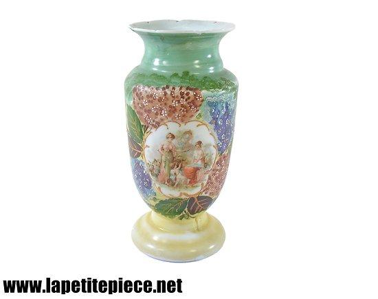 Vase en verre blanc peint. Décor Cupidon et Diane