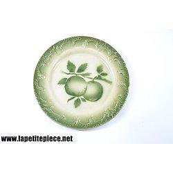 Assiette en barbotine, décor pomme. 19e Siècle