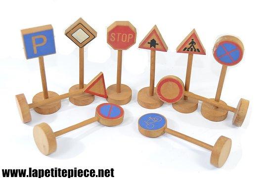 Petits panneaux de signalisation routière en bois.