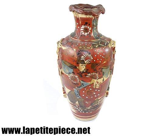 Vase Japonais signé, décor personnages émaux.