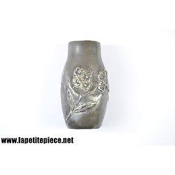 Petit vase en étain, décor floral