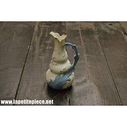 Vase pichet en porcelaine bleu et blanc, décor floral poignée feuille. Rehaussé dorure.