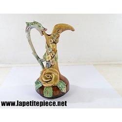 Aiguière en barbotine, décor floral, poignée dauphin. 19e Siècle