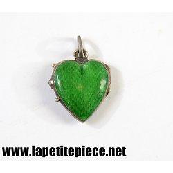 Médaillon pendentif porte photos coeur. Argent et émaille vert. Années 1930