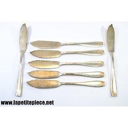 Service couteaux à poisson en métal argenté.