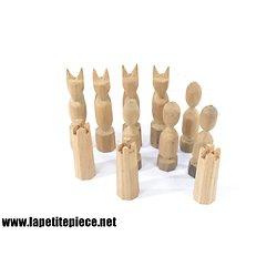 Lot anciens pions en bois sculptés à la main. Chat, tour...
