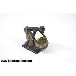 Figurine aluminium. Femme africaine avec gamelle