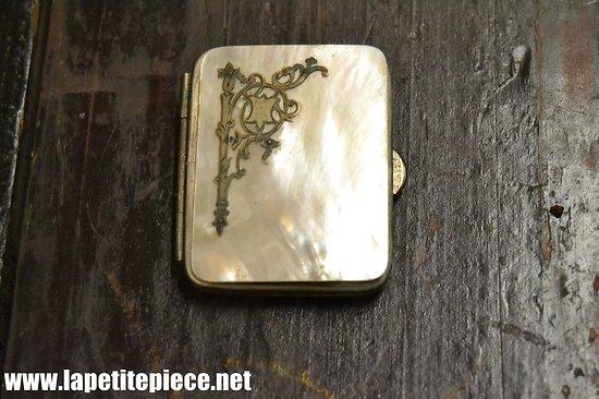 Petit porte monnaie / relique en cuir, laiton argenté et nacre.