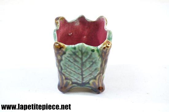 Petit pot en barbotine à décor floral