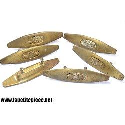 6 poignées de meuble en laiton massif, décor floral. Forme taquet de bateau