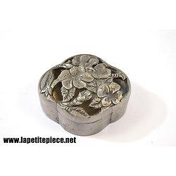 Petite boite en étain, décor floral