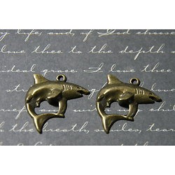 2 breloques requin en métal couleur bronze 24x23mm