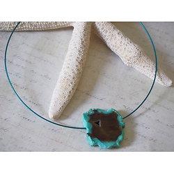 Collier ras de cou et son pendentif en turquoise verte et brune, bijou ultra féminin et chic