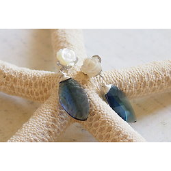 Boucles d'oreilles romantiques avec une délicate rose et belle feuille bleue, bijou romantique pour elle, cadeau