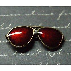 Breloque lunettes de soleil en métal couleur bronze et émail rouge 12x30mm