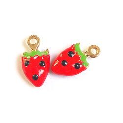 2 breloques fraise émaillée rouge/vert/noir et métal doré 18x10mm