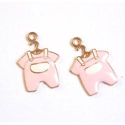 2 breloques émaillées salopette bébé rose/blanc/métal doré 23x16mm