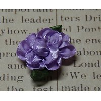 Applique en tissu satiné de couleur mauve et verte en forme de fleur