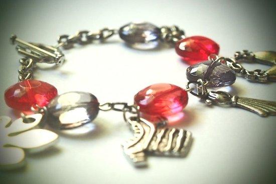 """Bracelet à breloques """"Essayage"""", bracelet argenté aux breloques mode en gris et rouge"""