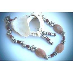 """Parure massive collier et boucles d'oreille """"Pluie charnelle"""" , parure en pierres et métal argenté"""