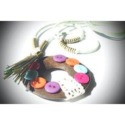 """Sautoir """"La ronde des couleurs"""", collier long en suédine céladon, laiton, bois et dentelle"""