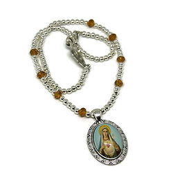 Collier court - Thème Religieux - en métal argenté et cristal de Bohème - Vierge au coeur pur