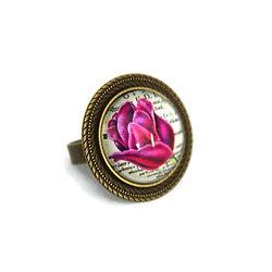 Bague aux motifs fleuris sur cabochon de bronze - anneau réglable