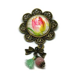Broche fleurie, sa perle et son pompon