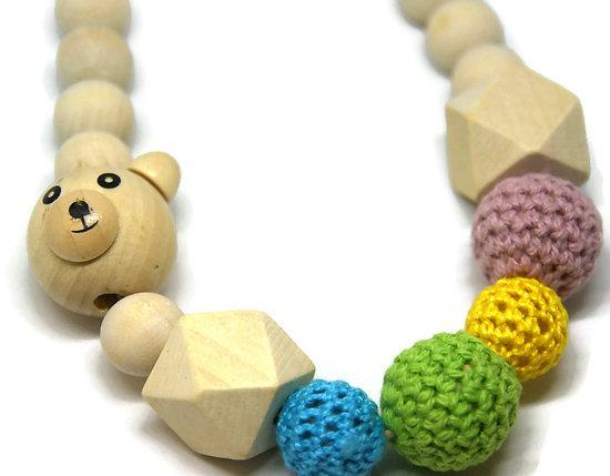 Collier enfant en bois, perle ourson naturel et perles multicolores au crochet