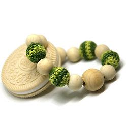 Anneau de dentition Cookie O*** beige, perles vertes et perles en bois naturel