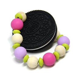 Anneau de dentition Cookie O*** noir, perles roses, vertes et mauves et perles en bois naturel